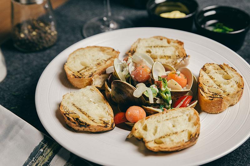 高粱酒蛤蜊佐法式麵包