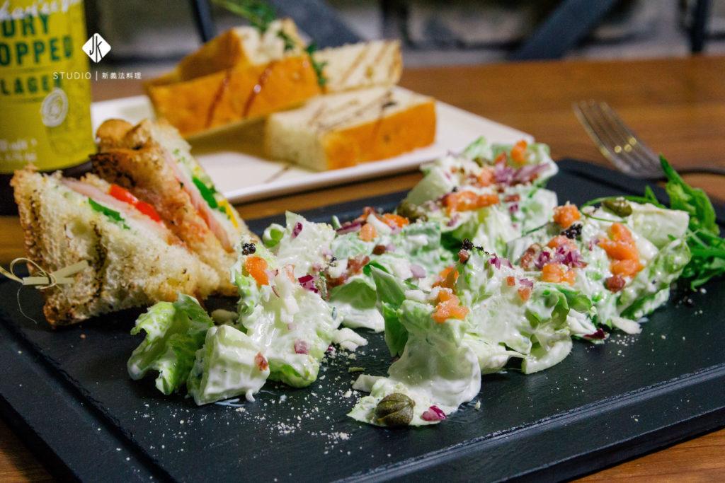 燻鮭魚蘿蔓佐酸奶醬汁沙拉(JK STUDIO 新義法料理)